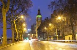 Trafikera i den centrala London staden, långt exponeringsfoto Royaltyfri Foto