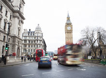 Trafikera i den centrala London staden, långt exponeringsfoto Arkivfoton
