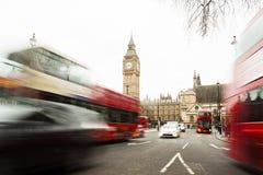 Trafikera i den centrala London staden, långt exponeringsfoto av den röda bussen i rörelse Arkivbild