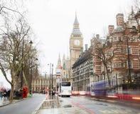 Trafikera i den centrala London staden, långt exponeringsfoto av den röda bussen i rörelse Royaltyfria Bilder