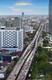 Trafikera i den moderna staden, Bangkok, Thailand. Royaltyfri Bild