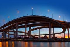 Trafikera i den moderna staden på natten, den Bhumibol bron, Bangkok, Thailand Royaltyfri Foto