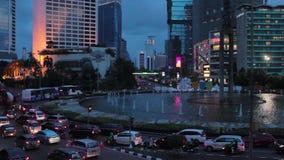Trafikera i det Bundaran hotellet Indonesien när solnedgången, Jakarta stock video