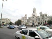 Trafikera i Madrid i området av Fuente de Cibeles och Palacio de Correos av staden av Madrid Spanien Europa Royaltyfria Bilder