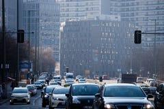 Trafikera i mitten av Berlin, Tyskland arkivfoton