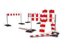 Trafikera konstruktionssymbolet, mobil barrikad på vit Arkivbild