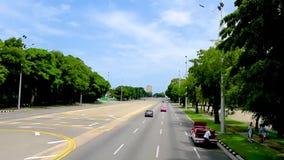 Trafikera längs en asfaltväg i huvudstaden av Kuban, havannacigarr stock video