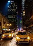 Trafikera med många gula taxiar i i stadens centrum Manhattan Royaltyfria Bilder