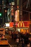 Trafikera och folkmassor längs den 42nd gatan i Times Squareområde. Royaltyfri Bild