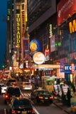 Trafikera och folkmassor längs den 42nd gatan i Times Squareområde. Royaltyfria Foton