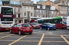 Trafikera på den Lothian gatan av Edinburg, Skottland Royaltyfri Bild