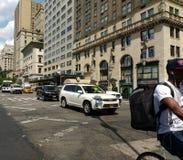 Trafikera på den 5th avenyn, cyklisten, New York City, NYC, NY, USA Arkivfoto