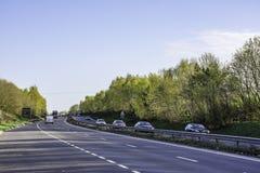 Trafikera på dubbelvagnsvägen, A5, UK Arkivfoton