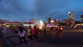 Trafikera på gatan av Ho Chi Minh City på natten stock video
