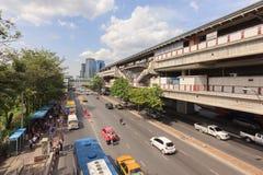 Trafikera på gatan runt om station för Moh ChitBTS Fotografering för Bildbyråer