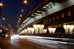 Trafikera på huvudvägen av storstaden (på natten), Moskva, Ryssland Arkivbild