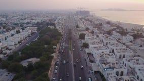 Trafikera på huvudvägen Sheikh Zayed Road som leder till den flyg- sikten för centret Dubai United Arab Emirates Bästa sikt av arkivfilmer
