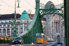 Trafikera på Liberty Bridge på skymning, Budapest royaltyfri fotografi