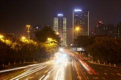 Trafikera på mång--lanen huvudvägen på natten arkivbilder