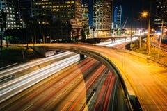 Trafikera på motorvägen 110 och byggnaderna i Los Angeles på natten Royaltyfri Fotografi
