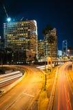 Trafikera på motorvägen 110 och byggnaderna i Los Angeles på natten Arkivfoton