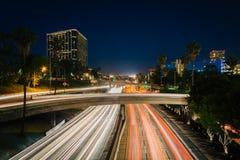 Trafikera på motorvägen 110 och byggnaderna i Los Angeles på natten Royaltyfri Foto