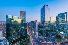 Trafikera på natten i den Gangnam staden Seoul, Sydkorea Fotografering för Bildbyråer