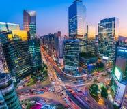 Trafikera på natten i den Gangnam staden Seoul, Sydkorea Royaltyfri Foto