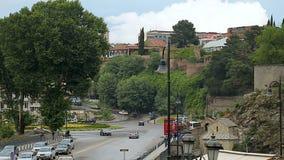 Trafikera på vägar och folk som går i den Tbilisi staden, loppet till Georgia, turism arkivfilmer