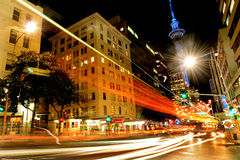 Trafikera på Victoria Street i Auckland i city på natten Arkivbilder