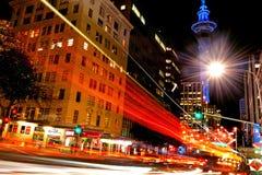 Trafikera på Victoria Street i Auckland i city på natten Fotografering för Bildbyråer