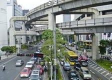 Trafikera på gatan av den Bangkok staden i Thailand Arkivfoto