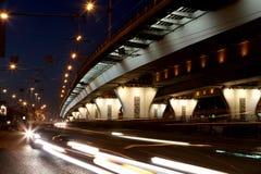 Trafikera på huvudvägen av storstaden (på natten), Moskva, Ryssland Arkivfoto