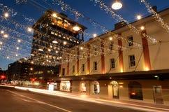 Trafikera på kommersgatan i Auckland i city på natten Arkivfoton