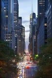 Trafikera på natten på den 42nd gatan, New York City Fotografering för Bildbyråer