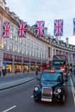 Trafikera på Regent Street, London, UK, på skymning Royaltyfri Fotografi