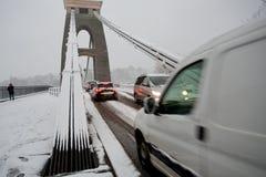Trafikera pröva för att korsa Clifton upphängning överbryggar Arkivfoto