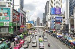 Trafikera sikten från byggnad för den flygparadPantip IT plazaen juli 10, 2014 i Bangkok, Thailand Royaltyfri Fotografi