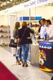 Trafikera specialiserade utställningen för Moskva den Mos Shoes International för skodon, påsar och tillbehör Arkivfoton