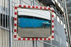 Trafikera spegeln för att se runt om hörnet för säkerhet Fotografering för Bildbyråer