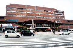 Trafikera vägen på framdelen av modern byggnad av den Nankai Wakayama stången Royaltyfri Bild