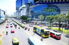 Trafikera vägen på PA-tumen Wan Junction i Bangkok Thailand Arkivbilder