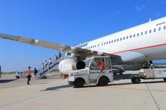 Trafikflygplan efter flyg royaltyfri bild