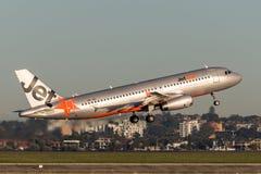 Trafikflygplan för Jetstar Airways flygbuss som A320 tar av från Sydney Airport Arkivbilder
