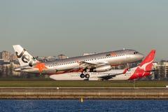 Trafikflygplan för Jetstar Airways flygbuss som A320 tar av från Sydney Airport Royaltyfri Foto