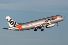 Trafikflygplan för Jetstar Airways flygbuss som A320 tar av från Sydney Airport Royaltyfria Foton