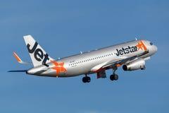 Trafikflygplan för Jetstar Airways flygbuss som A320 tar av från Sydney Airport Fotografering för Bildbyråer