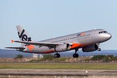 Trafikflygplan för Jetstar Airways flygbuss som A320 tar av från Sydney Airport Royaltyfri Fotografi