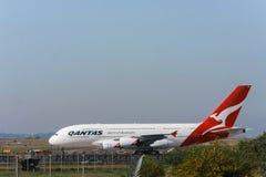 Trafikflygplan för Qantas flygbuss A380 på landningsbana royaltyfri bild