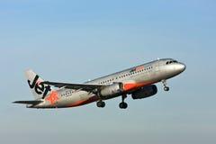 Trafikflygplan för stråle för Jetstar flygbuss A320 i luften Arkivbild